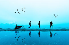 Tiro da silhueta do fotógrafo perto da praia Imagens de Stock Royalty Free