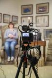 Tiro da tevê no museu Monitor do LCD na câmara de vídeo A menina na frente da câmera Um registro da entrevista Fotografia de Stock Royalty Free