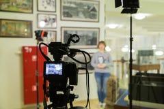 Tiro da tevê no museu Monitor do LCD na câmara de vídeo A menina na frente da câmera Um registro da entrevista Foto de Stock Royalty Free