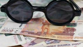 Tiro da zorra, dos óculos de sol com a reflexão dos rublos vídeos de arquivo