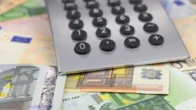 Tiro da zorra, foco em euro, calculadora que encontra-se na tabela filme