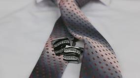 Tiro da zorra O close-up atou o laço e botão de punho cor-de-rosa em uma camisa branca filme
