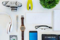Tiro de ângulo alto dos artigos em uma tabela em uma estação de trabalho do escritório Fotografia de Stock