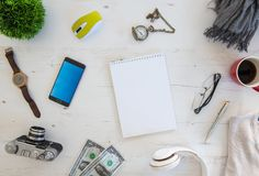 Tiro de ângulo alto dos artigos em uma tabela em uma estação de trabalho do escritório Fotografia de Stock Royalty Free