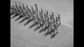 Tiro de ângulo alto dos soldados que marcham na base do exército video estoque