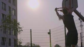 Tiro de úmido bem sucedido do jogador de basquetebol da rua vídeos de arquivo