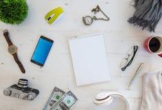 Tiro de alto ángulo de artículos en una tabla en un puesto de trabajo de la oficina fotografía de archivo libre de regalías