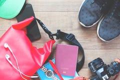 Tiro de arriba de los artículos y de los accesorios del viaje con smartphone en el fondo de madera Fotos de archivo