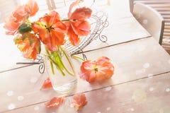 Tiro de arriba de los tulipanes de la primavera en la tabla Fotos de archivo libres de regalías
