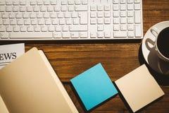 Tiro de arriba de post-it y del teclado Imágenes de archivo libres de regalías