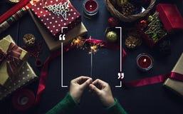 Tiro de arriba de regalos de Navidad y de papeles de embalaje Fotos de archivo libres de regalías