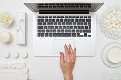 Tiro de arriba de una mano femenina usando panel táctil Fotos de archivo libres de regalías
