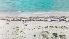 Tiro de arriba de la orilla y del océano de Isla Blanca cerca de Cancun México almacen de video