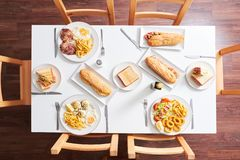 Tiro de arriba de la tabla del restaurante con la comida fotografía de archivo