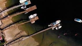 Tiro de arriba de las propiedades y de los kayakers de la costa en la ensenada profunda, Canadá almacen de metraje de vídeo