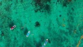 Tiro de arriba de un océano azul tropical cerca de Cancun con los barcos y los snorkellers en el agua abajo metrajes