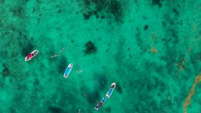 Tiro de arriba de un océano azul tropical cerca de Cancun con los barcos y los snorkellers en el agua abajo almacen de video