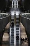 Tiro de arriba de una escalera m?vil en una estaci?n de tren imagen de archivo libre de regalías