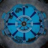 Tiro de arriba de una fuente azul hermosa imágenes de archivo libres de regalías