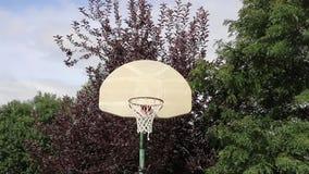 Tiro de banco do basquetebol em uma aro exterior 01 video estoque