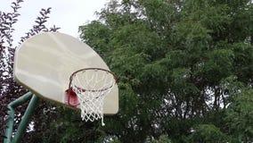 Tiro de banco do basquetebol em uma corte exterior 01 filme