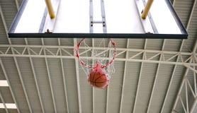 Tiro de basquetebol através da aro Imagem de Stock Royalty Free