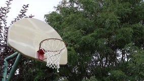 Tiro de basquetebol em uma aro exterior 01 vídeos de arquivo