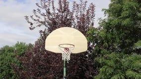 Tiro de basquetebol em uma aro exterior 01 video estoque