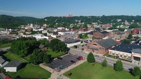 Tiro de estabelecimento aéreo dianteiro lento de Steubenville Ohio video estoque