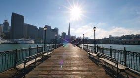 Tiro de estabelecimento estacionário de San Francisco Skyline como visto do cais 7 filme
