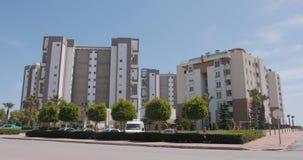 Tiro de estabelecimento exterior de bens imobiliários do prédio de apartamentos luxuoso Conceito alugado filme