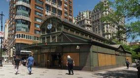 Tiro de estabelecimento exterior do dia da 72nd estação de metro da rua video estoque