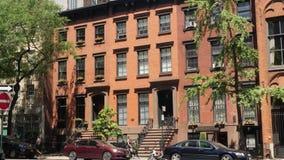 Tiro de estabelecimento exterior do dia de prédios de apartamentos de gama alta típicos de Manhattan video estoque