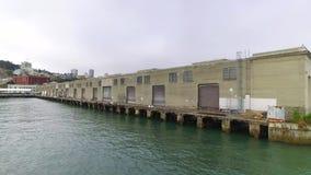 Tiro de estabelecimento nevoento do cais 33 em San Francisco Bay vídeos de arquivo