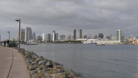 Tiro de estabelecimento nublado San Diego Skyline da ilha de Coronado video estoque