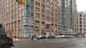 Tiro de estabelecimento típico do prédio de apartamentos de Manhattan no inverno filme