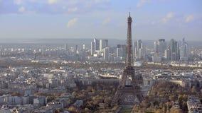 Tiro de establecimiento aéreo de la torre Eiffel Filtrado de izquierda a derecha día metrajes
