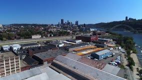 Tiro de establecimiento aéreo del mediodía del horizonte de Pittsburgh metrajes