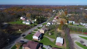 Tiro de establecimiento aéreo delantero diurno de la vecindad de Pennsylvania almacen de video