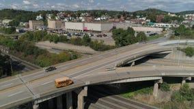 Tiro de establecimiento aéreo diurno del tráfico en el PA de Rochester metrajes