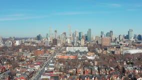 tiro de establecimiento aéreo 4K de una vecindad céntrica de Toronto metrajes