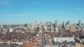 tiro de establecimiento aéreo 4K de una vecindad céntrica de Toronto almacen de metraje de vídeo