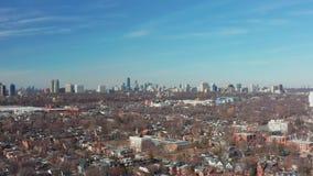 tiro de establecimiento aéreo 4K de una vecindad céntrica de Toronto almacen de video