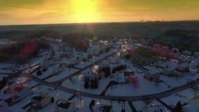 Tiro de establecimiento aéreo de la puesta del sol del invierno de la vecindad de Pennsylvania metrajes