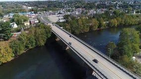 Tiro de establecimiento aéreo de levantamiento lento de Connellsville Pennsylvania metrajes
