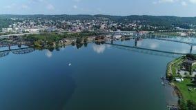 Tiro de establecimiento aéreo de levantamiento lento del río Ohio y de Rochester, PA almacen de video