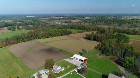 Tiro de establecimiento aéreo de levantamiento lento de la granja de Nueva Inglaterra almacen de video