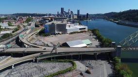 Tiro de establecimiento aéreo reverso lento del horizonte de Pittsburgh metrajes