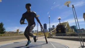 Tiro de establecimiento ancho del día del parque de Roberto Clemente Statue Outside PNC almacen de metraje de vídeo