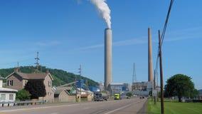 Tiro de establecimiento ancho de la central eléctrica y del tráfico en Ohio metrajes